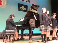 早く集まった生徒会役員や校歌の伴奏係の練習